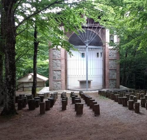 Naturområde man kan komme forbi hvis man kører bjergvejen til Pizzo (her ses en udendørs kirke).