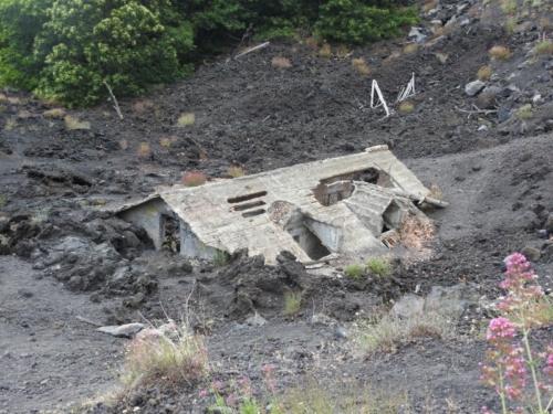 Hus begravet i lava